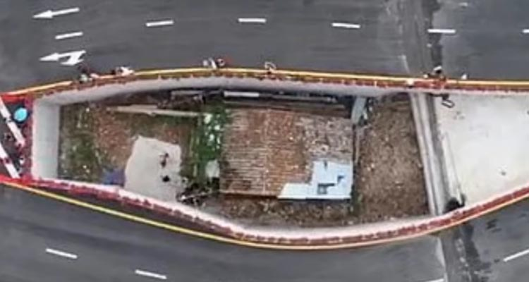 House sits in middle of motorway as owner refuses to move
